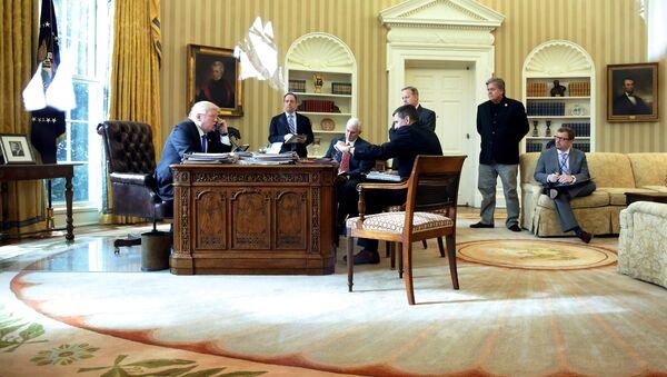 Stiv Benon (prvi s desna, stoji), snimljen u Ovalnom kabinetu tokom razgovora Donalda Trampa i Vladimira Putina - Sputnik Srbija