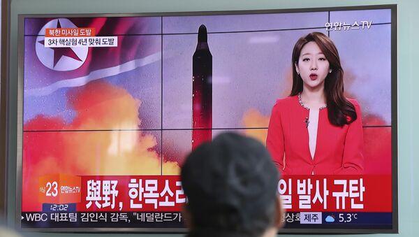 Čovek u Seulu gleda izveštaj o lansiranju balističke rakete u Severnoj Koreji - Sputnik Srbija