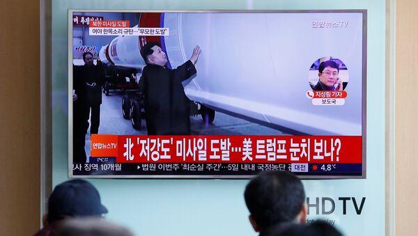 Putnici na železničkoj stanici u Seulu gledaju izveštaj o lansiranju balističke rakete u Severnoj Koreji - Sputnik Srbija