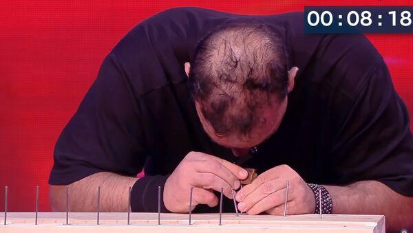 Čovek zakucava eksere glavom - Sputnik Srbija