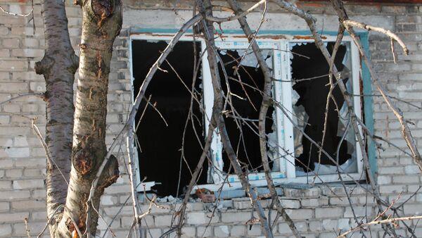 Прозор куће који је разбијен у гранатирању села Спартак у Доњецкој области - Sputnik Србија