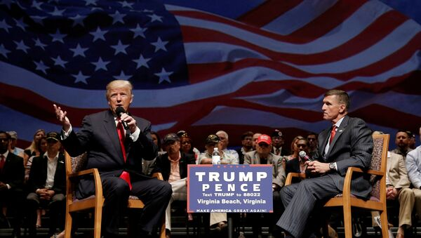Председнички кандидат Доналд Трамп и пензионисани генерал-потпуковник Мајкл Флин током предизборне кампање у Вирџинији - Sputnik Србија