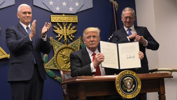 Potpredsednik SAD Majk Pens, predsednik SAD Donald Tramp i ministar odbrane Džejms Matis nakon potpisivanja ukaza u Pentagonu - Sputnik Srbija