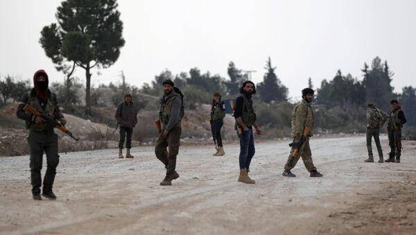 Naoružani borci Slobodne sirijske armije stoje u predgrađu sirijskog grada El Bab - Sputnik Srbija