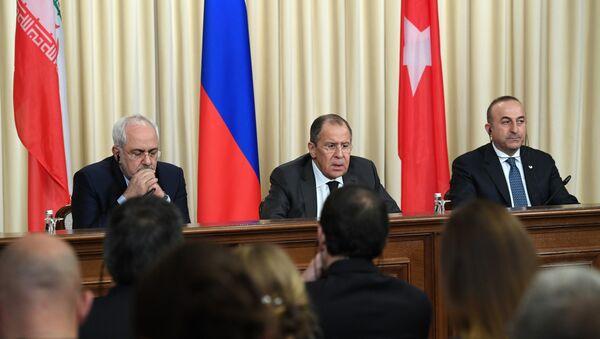 Министри иностраних послова Русије, Турске и Ирана Сергеј Лавров, Мевлут Чавушоглу и Мухамед Џавад Зариф - Sputnik Србија