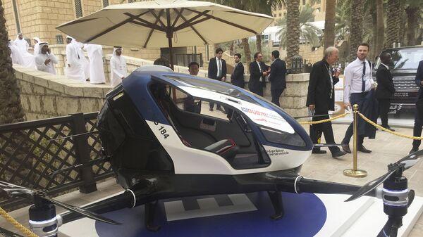 U Dubaiju je testiran kineski prototip autonomnog putničkog drona- taksija, a namera tamošnjih vlasti je da se novi vazduhoplov uvede u upotrebu u Emiratima do jula meseca ove godine, prenosi AFP. - Sputnik Srbija