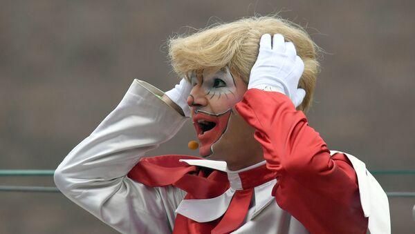 Karnevalski lik Hopedic sa perikom koja liči na kosu predsednika SAD Donalda Trampa na karnevalu u Dizeldorfu - Sputnik Srbija
