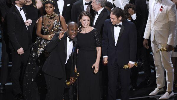 Beri Dženkis prima nagradu za najbolji film Mesečina na dodeli Oskara u Los Anđelesu - Sputnik Srbija