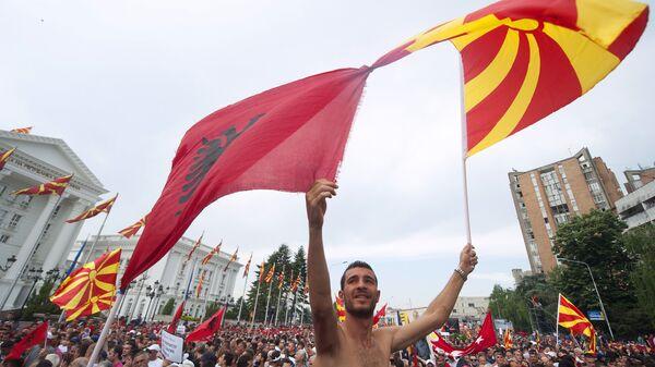Албанска и македонска застава на протесту у Скопљу - Sputnik Србија