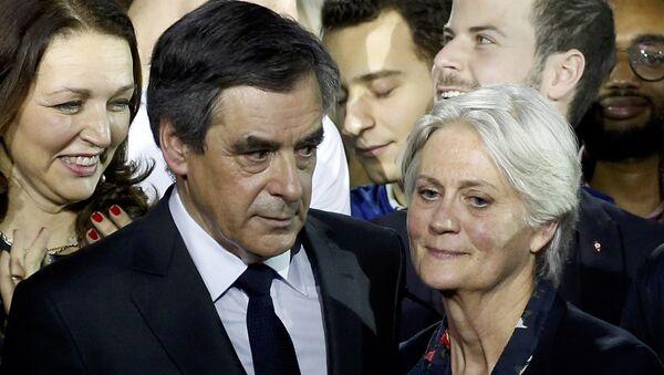 Француски председнички кандидат Франсоа Фијон и његова супруга Пенелопа Фијон - Sputnik Србија