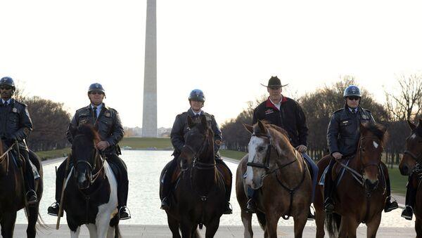 Нови министар унутрашњих послова САД Рајан Зинке (2Д) јаше коња са припадницима полиције у Вашингтону - Sputnik Србија