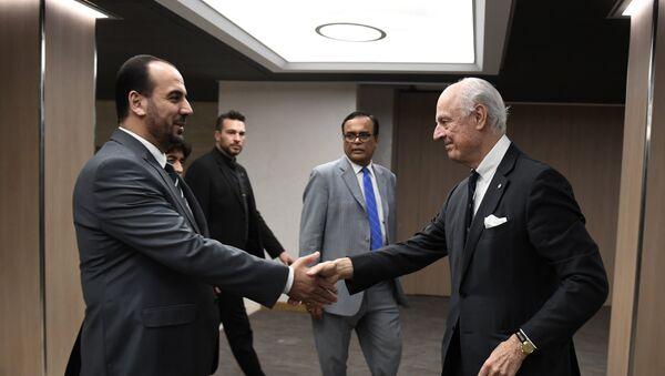 Specijalni izaslanik UN za Siriju Stafan de Mistura rukuje se sa predstavnikom opozicionog sirijskog Visokog komiteta za pregovore Nasrom el Haririjem na međusirijskim pregovorima u Ženevi - Sputnik Srbija
