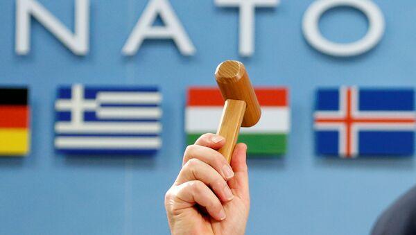 Generalni sekretar NATO-a Jens Stoltenberg drži ceremonijalni čekić na početku sastanka ministara odbrane NATO-a i Gruzije u Briselu - Sputnik Srbija