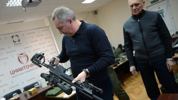 Заменик премијера Русије Дмитриј Рогозин посматра нови снајпер - Sputnik Србија