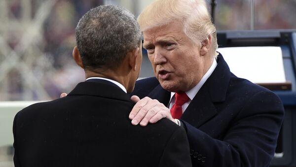 Predsednik SAD Donald Tramp razgovara sa bivšim američkim predsednikom Barakom Obamom nakon polaganja zakletve - Sputnik Srbija