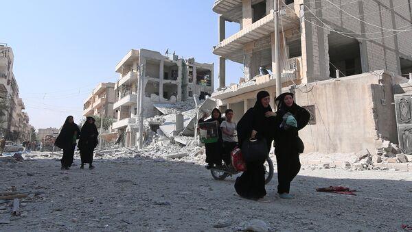 Жене ходају улицом у Алепу након евакуације из Манбиџа - Sputnik Србија