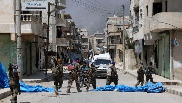 Припадници Сиријских демократских снага патролирају улицом у северном сиријском граду Манбиџу - Sputnik Србија