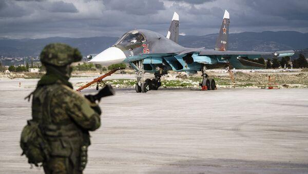 Авион руских ваздушно-космичких снага Су-34 у бази Хмејмим у Сирији - Sputnik Србија
