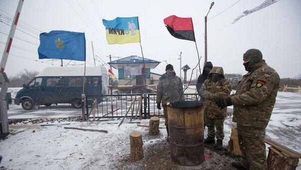 Активисти се греју у кампу на станици Криви Торец током блокаде пруге у Доњецку - Sputnik Србија