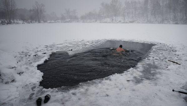 Човек плива кроз ледену воду - Sputnik Србија