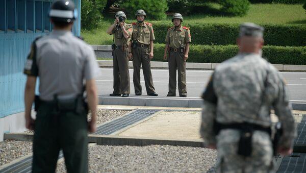 Војници Северне Кореје сликају војнике Јужне Кореје и САД на граници - Sputnik Србија