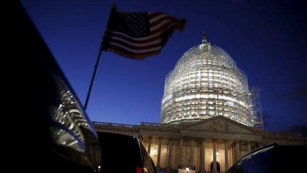 Америчка застава испред Капитола у Вашингтону - Sputnik Србија