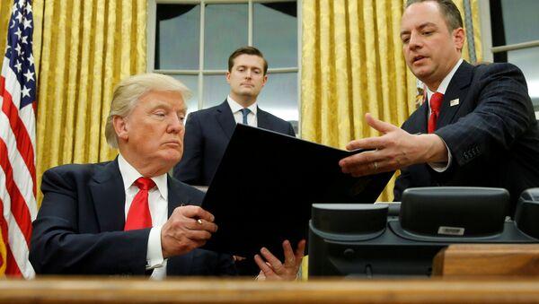 Predsednik SAD Donald Tramp i šef štaba Bele kuće Rins Pribas - Sputnik Srbija