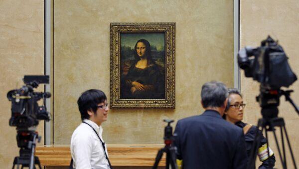 Predstavnici medija okupljaju se oko Mona Lize u muzeju Luvr u Parizu - Sputnik Srbija