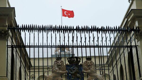 Turska zastava na konzulatu Holandije u Istanbulu - Sputnik Srbija