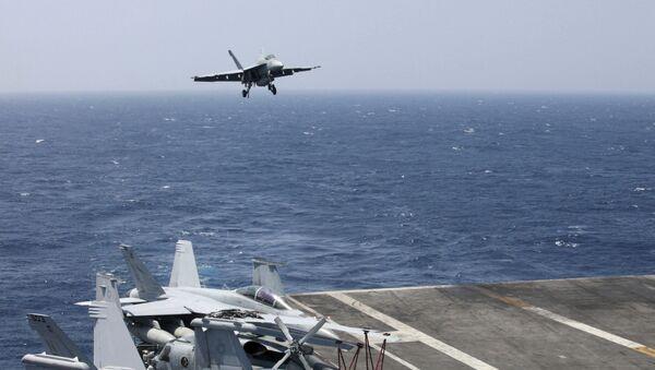 Američki F-18 sleće na nosač Karl Vinson u Južnom kineskom moru - Sputnik Srbija