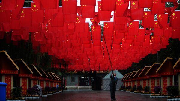 Радник намешта кинеске заставе за Национални дан Кине у Пекингу - Sputnik Србија