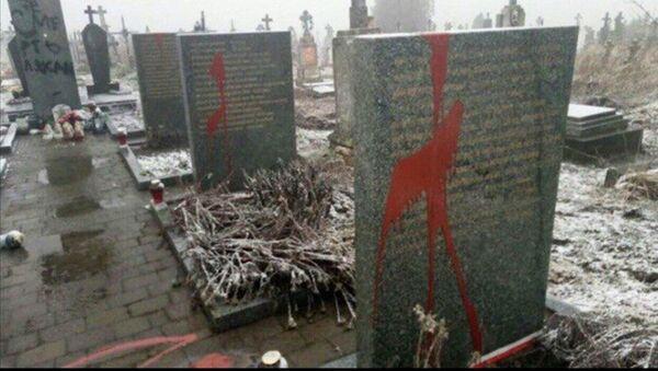 Oskrnavljeni spomenici Poljacima u Ukrajini - Sputnik Srbija