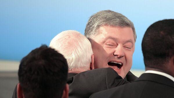 Petro Porošenko u zagrljaju sa Džonom Mekejnom - Sputnik Srbija