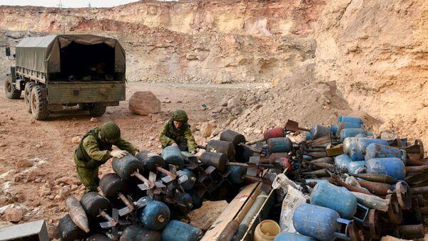 Inženjerske jedinice ruske vojske deaktiviraju eksplozivna sredstva u stambenoj oblasti Alepa - Sputnik Srbija