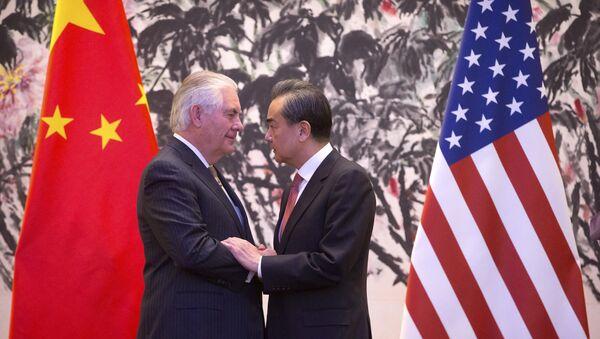 Američki državni sekretar Reks Tilerson i ministar spoljnih poslova Kine Vang Ji se rukuju nakon zajedničke konferencije za medije u Pekingu - Sputnik Srbija