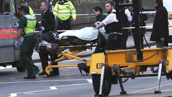 Хитна помоћ односи повређену особу након инцидента на Вестминстерском мосту у Лондону - Sputnik Србија