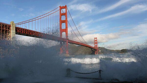 Talasi udaraju u obalu Zaliva San Francisko ispod mosta Golden Gejt - Sputnik Srbija