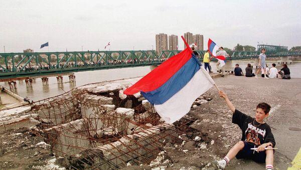 Деца са заставом поред моста у Новом Саду који су бомбародвали НАТО авиони - Sputnik Србија