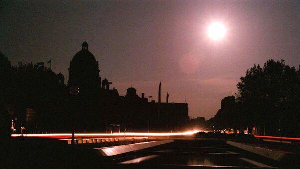 Kupola zgrade vlade u Beogradu 3. maja u mraku nakon što su NATO bombe pogodile elektrane - Sputnik Srbija