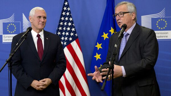Potpredsednik SAD Majk Pens i predsednik Evropske komisije Žan-Klod Junker na zajedničkoj konferenciji za medije pre sastanka u sedištu EU u Briselu - Sputnik Srbija
