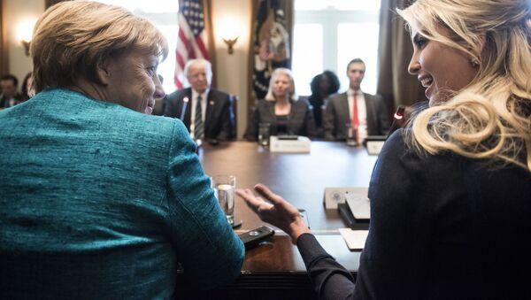 Kancelarka Nemačke Angela Merkel i Ivanka Tramp na sastanku sa Donaldom Trampom u Beloj kući - Sputnik Srbija