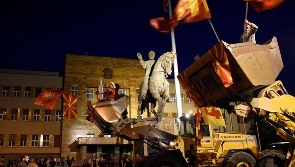 Demonstranti  u Skoplju na bagerima ispred makedonskog parlamenta demonstriraju protiv sporazuma koji bi obezbedio službenu upotrebu albanskog jezika, Makedonija - Sputnik Srbija