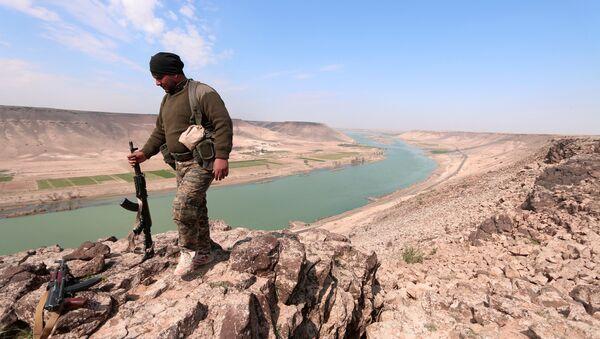 Демократске снаге Сирије у близини реке Еуфрат, северно од Раке у Сирији - Sputnik Србија