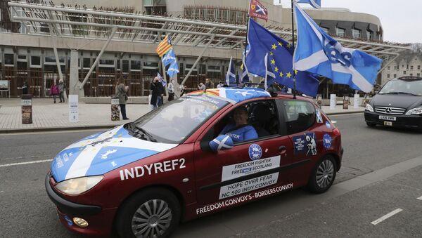 Pristalice nezavisnosti Škotske prolaze pored škotskog parlamenta u Edinburgu - Sputnik Srbija