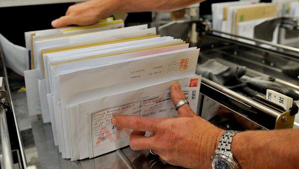 Радник поште распоређује писма - Sputnik Србија