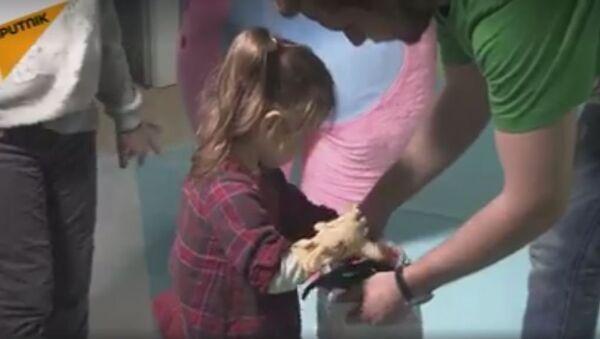 Dvogodišnja devojčica sa novim rukama - Sputnik Srbija