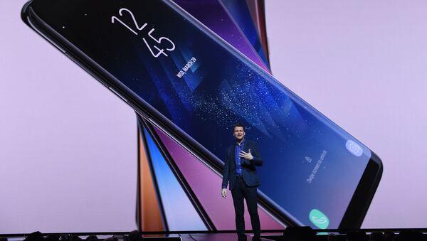Виши потпредседник за стратегију производа у Самсунгу Џастин Денисон представља нове моделе паметних телефона С8 и С8+ - Sputnik Србија