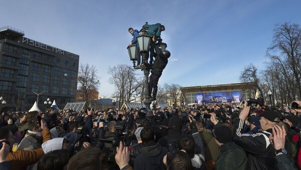 Припадници полиције и демонстранти на протесту у Москви - Sputnik Србија