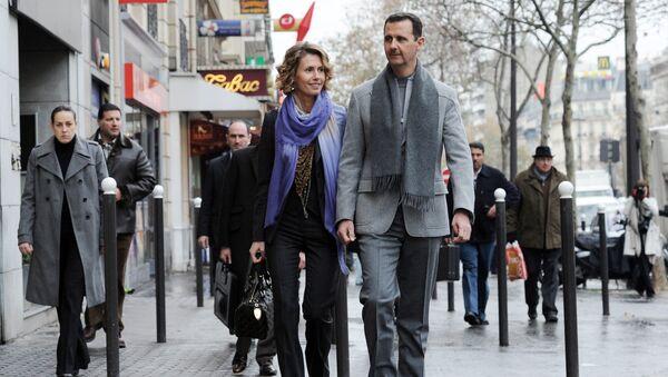 Predsednik Sirije Bašar Asad sa suprugom Asmom na ulici u Parizu - Sputnik Srbija
