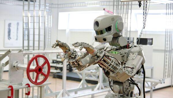 Тестирање антропоморфног робота Фјодор пројекта Спасилац у лабораторији Фонда за перспективна испитивања - Sputnik Србија